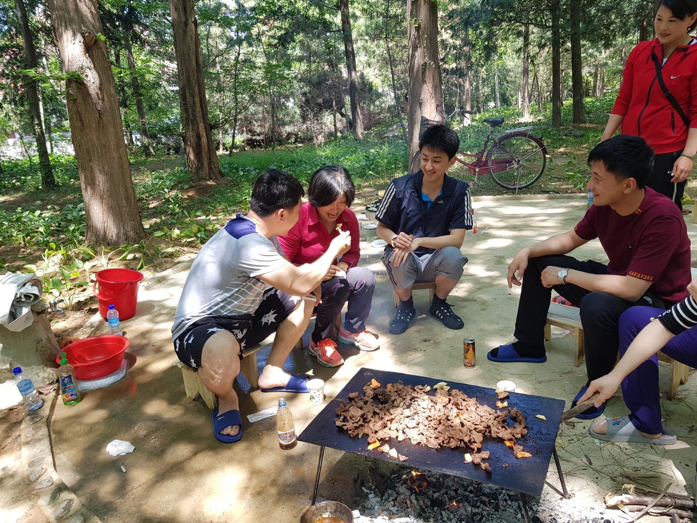 a_19 용강온천 숲에서 북청년들과 바비큐.jpg